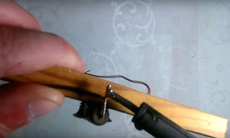 К контактам резистора нужно припаять провода, которые вы потом соедините с источником питания