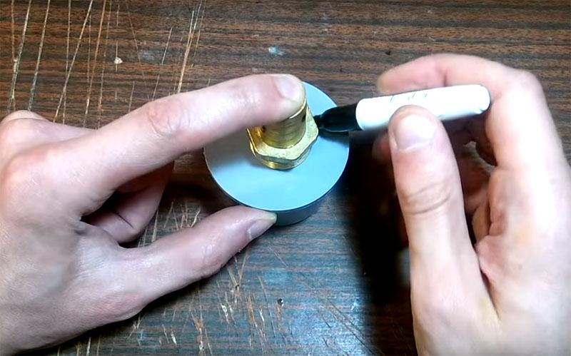 Разметьте диаметр штуцера на пластиковой заглушке и сделайте отверстие. В этом вам поможет дрель или просто горячая спица или паяльник