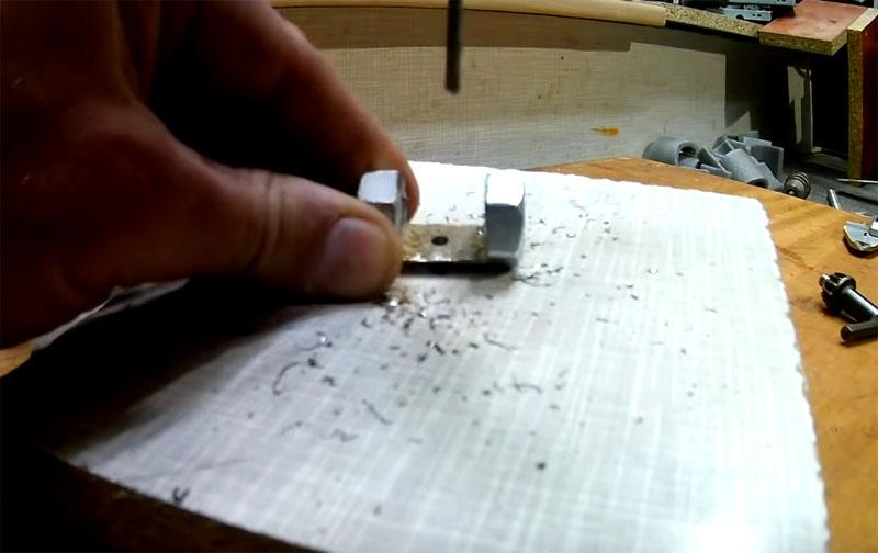 По центру задней стенки заготовки нужно просверлить отверстие под небольшой болт. В отверстии следует нарезать резьбу