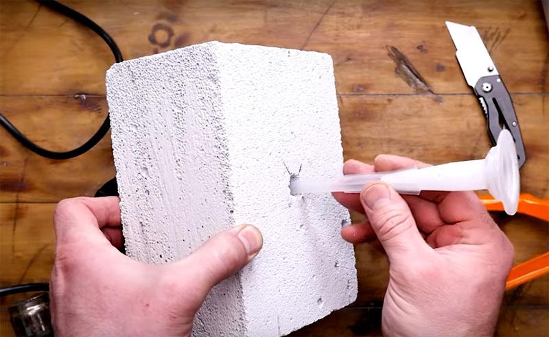 Итак, алгоритм подготовки таков: сначала нужно сделать конусовидное отверстие, потом очистить его от пыли и затем заполнить химическим составом через длинную трубку с помощью тубы