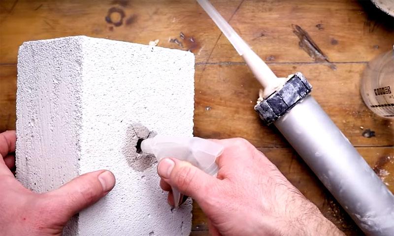 При применении любого состава, который в процессе замешивания использует воду, важно смочить полость в стене, чтобы стеновой материал не вытянул влагу и не помешал нормальному становлению смеси