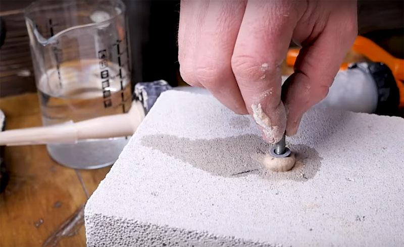 Когда полость заполнена составом, можно поместить в него шпильку и оставить до полного высыхания