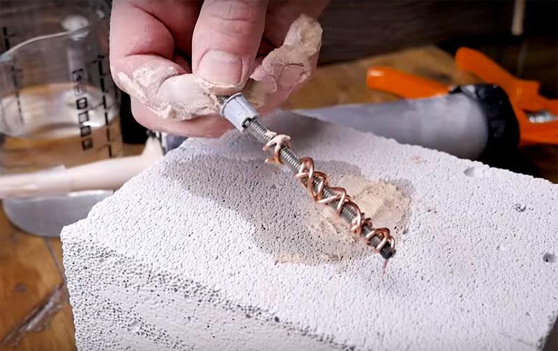 Очень эффективным приёмом считается обматывание шпильки проволокой. Она увеличивает площадь соприкосновения и делает соединение особенно надёжным