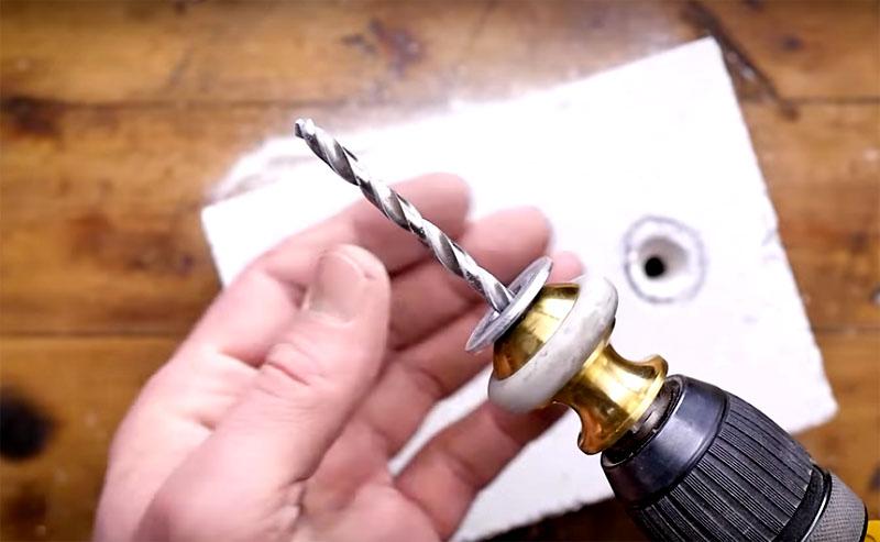Для выработки отверстия под химический анкер используют обычное сверло с шайбой. То есть продевают сверло сквозь шайбу и сначала делают отверстие, а потом, вращая сверло, вырабатывают внутреннюю часть, делая её больше под заливку. Представленное на фото приспособление делает выработку более совершенной