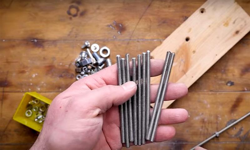 Если вам нужно что-то повесить на стену, выбирайте нарезную шпильку – просто необходимо обрезать её на нужную длину