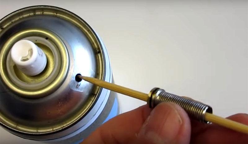 Важный момент: нужно точно совместить при склеивании ниппель и отверстие в баллоне, которое вы сделали сверлом. Самый простой способ – использовать деревянную шпажку. Она выступит в роли направляющей и поможет точно совместить детали