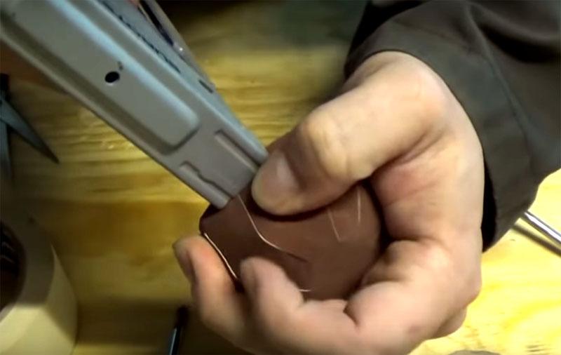 Закрепить наждак на деревянной болванке можно строительным степлером. Просто набейте скобы по окружности с краю. Если нужно будет поменять бумагу – снимите скобы и повторите процедуру
