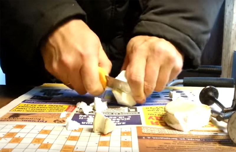 Полусферы для шлифования можно сделать из разных материалов. Самое простое – твёрдый пенопласт, который обычно используют для изготовления рыболовных поплавков. Можно взять пеноплекс или что-то подобное. Вырезать насадку из него можно обычным ножом, а края обровнять потом на точильном круге