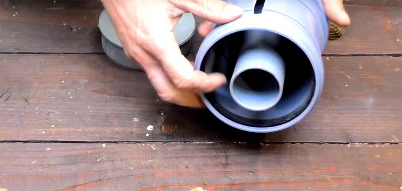 Поместите готовую конструкцию в пластиковую муфту и зафиксируйте второй большой заглушкой. Механизм в сборе, осталось только «зарядить» его проводом