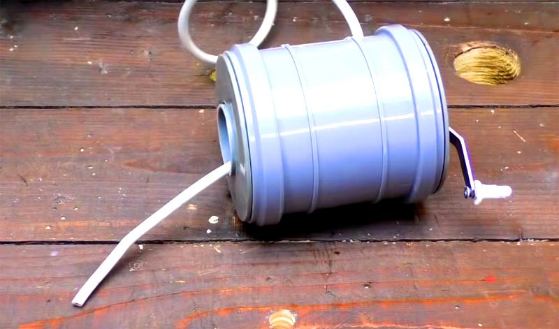 Проденьте провод через щель в корпусе муфты и отверстие в трубе меньшего диаметра. Это не очень простая задача, но сделать её придётся только один раз
