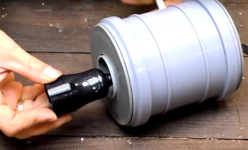 На этом конце провода нужно смонтировать розетку или патрон для лампы. Когда всё будет готово, эта деталь уютно устроится в трубе