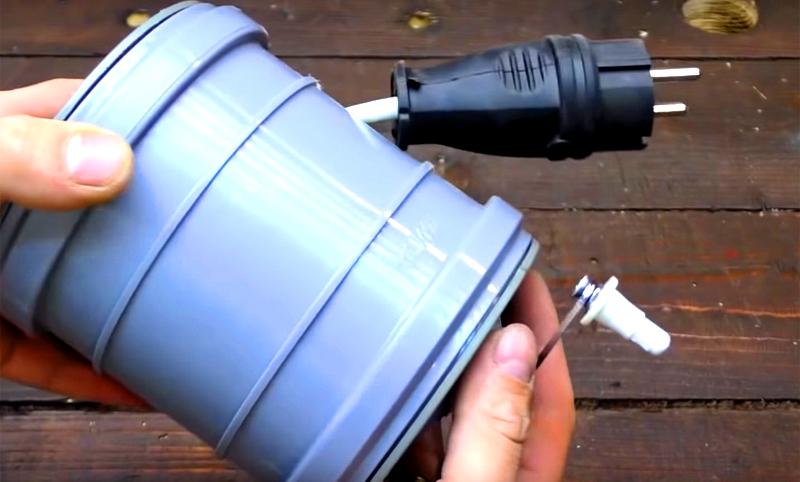 Противоположный конец провода оформите вилкой и смотайте всё на катушку, используя рукоятку