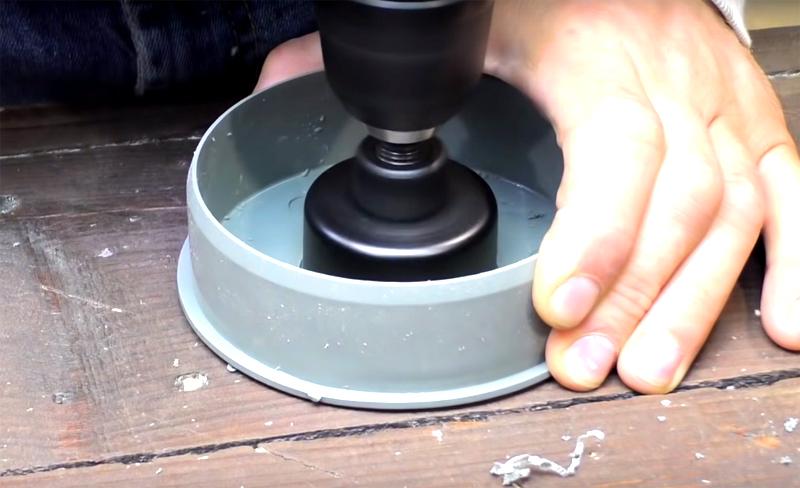 В заглушках нужно сделать отверстие такого диаметра, чтобы в него входила меньшая труба. Для этого можно использовать специальное сверло или горячий нож. Сверлом получится аккуратнее и намного быстрее