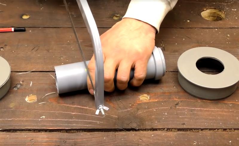 Трубу меньшего диаметра нужно обрезать так, чтобы она была на 1-1,5 см шире муфты
