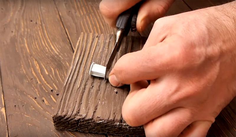 Прежде чем заполнить полость химическим анкером, её нужно освободить от пыли. Для этого вы можете использовать тонкую трубку с компрессором, резиновую грушу или обычный пылесос
