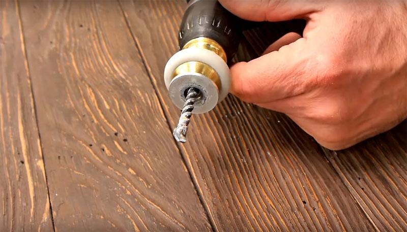 Когда всё будет готово, насадите ручку на сверло, которым вы собираетесь делать отверстие в стене