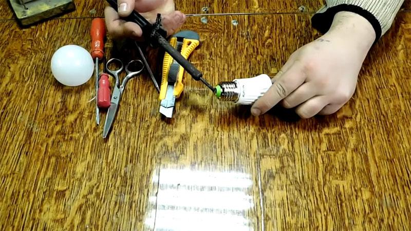 Нагрев центрального контакта цоколя приведёт к отпаиванию провода