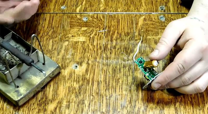 То, что подходящий электролитический конденсатор больше, роли не играет