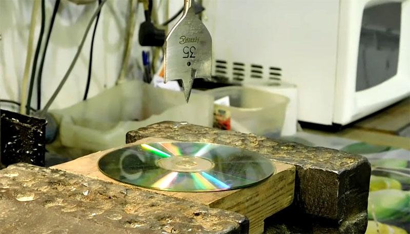 При помощи «пёрышка» на 35 несложно расширить отверстие в диске