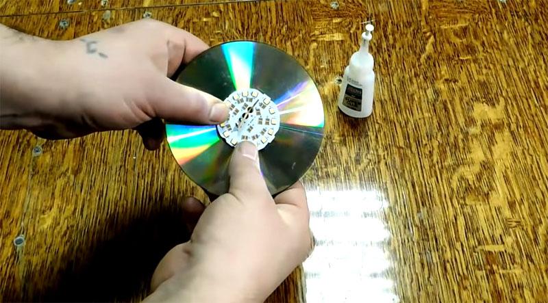 Радиатор светодиодной лампочки склеивается с компакт-диском