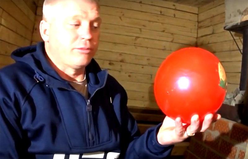 Автор канала предложил использовать для этой цели… обычный небольшой мяч, причём не тяжёлый резиновый и уж конечно не кожаный футбольный, а самый простой силиконовый, который покупают для детских игр и спортивных занятий