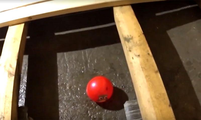 Всё, что нужно — опустить мяч в чашу: он сам найдёт самое глубокое место и закроет слив, запирая сквозняк и дух септика