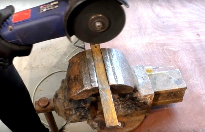 Для изготовления ручки механизма используйте полосу металла длиной примерно 30 см