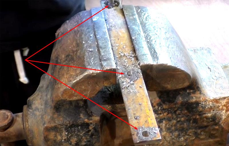 На металлической полосе нужно сделать три отверстия: одно в конце для фиксации рукояти и два для закрепления на диске с размером, равным расстоянию между отверстиями на диске
