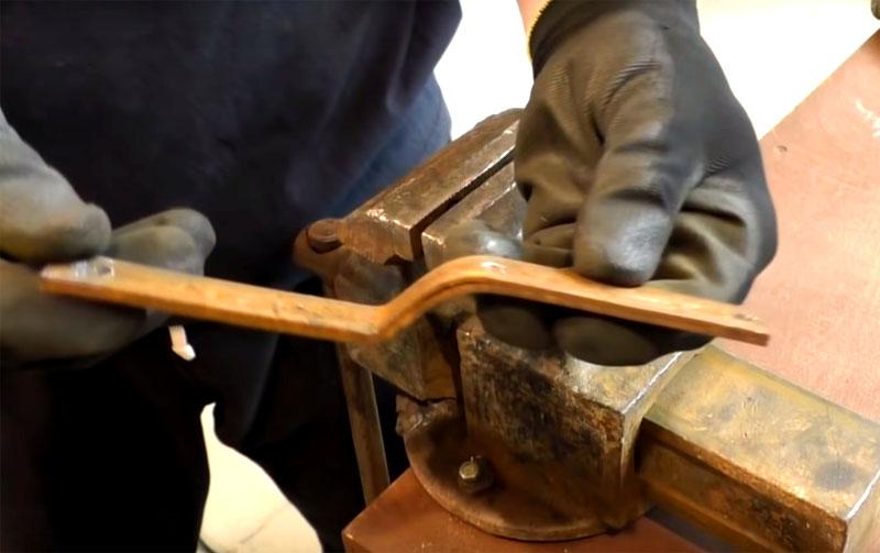 Рукояти нужно придать изогнутую форму, как показано