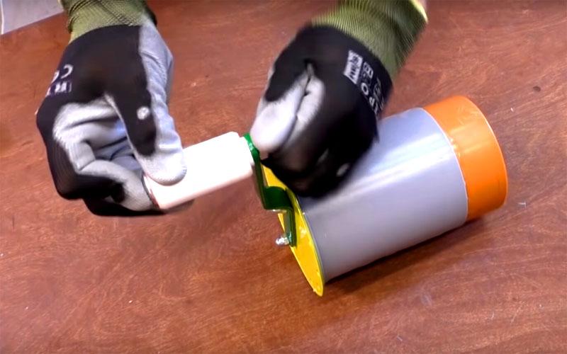 Завершающий этап сборки механизма – установка рукояти. Её можно сделать из кусочков пластиковых труб или просто из куска дерева