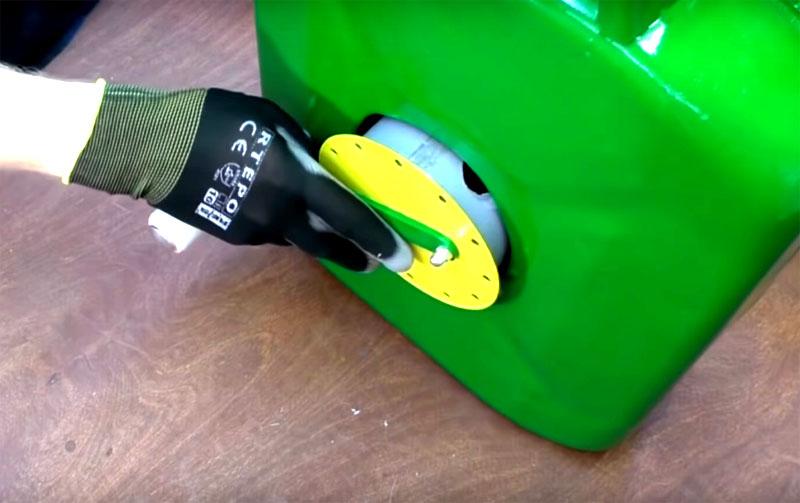 Установите катушку в сквозное отверстие в канистре. Если вы правильно рассчитали размеры – всё получится без усилий