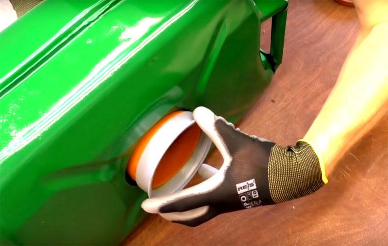 С противоположной стороны от рукояти зафиксируйте катушку уплотнительными кольцами. Проверьте, чтобы механизм свободно вращался
