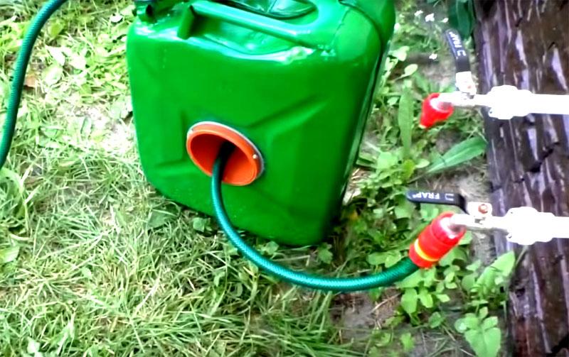 Второй конец шланга, тот, что торчит из самой катушки, будет подключаться к водопроводу. Используйте специальные насадки для фиксации на кране, это и удобно, и надёжно