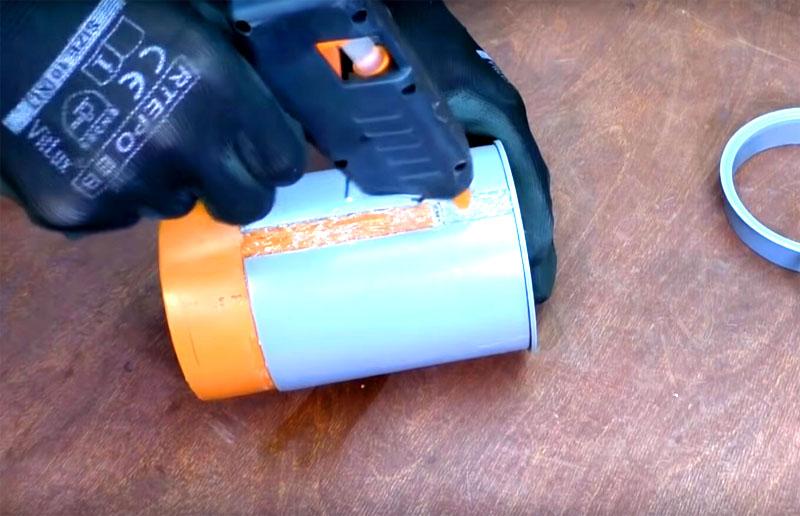 Если вам пришлось делать шов на катушке – заполните его термоклеем. Он же пригодится для прочной фиксации заглушки