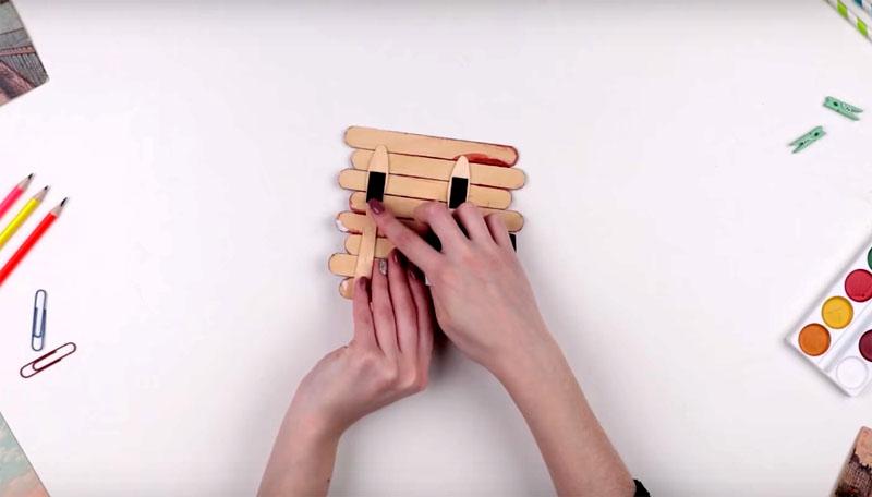 На палочки-основания с обратной стороны закрепите пару магнитов
