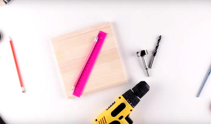 Чтобы сделать такую подставку, понадобится кусок доски размером 20×20 см², подходящие свёрла и дрель