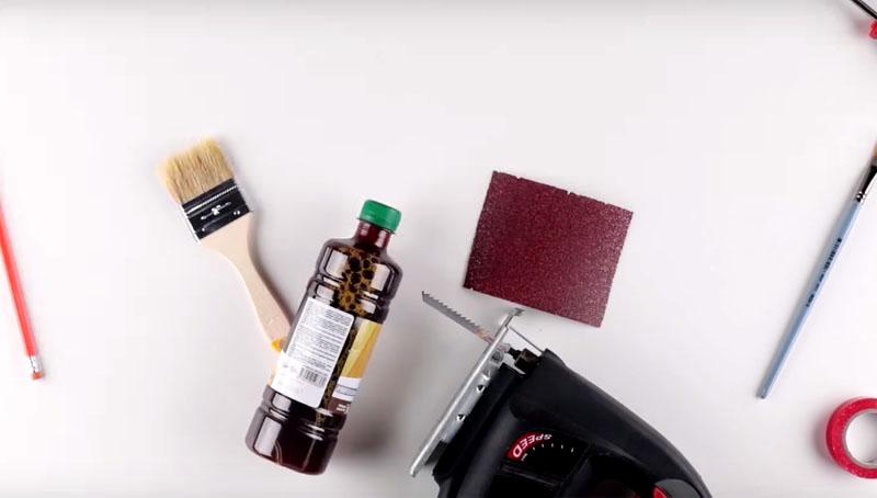 Ещё из инструментов потребуется лобзик, а для оформления – лак или морилка для дерева