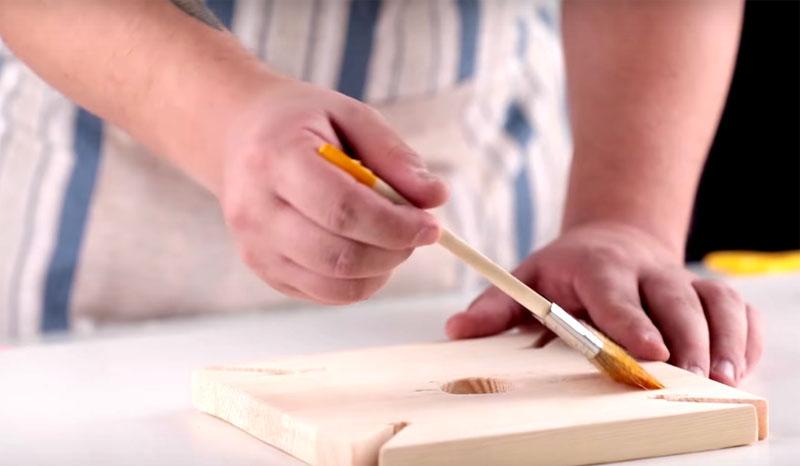 Готовую деталь нужно тщательно отшлифовать наждачной бумагой и покрыть морилкой
