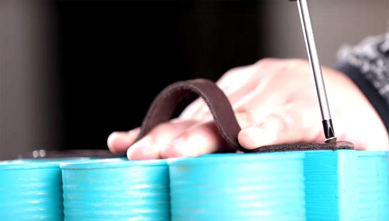 На ребро планки на 2 самореза крепят кожаный ремешок так, чтобы осталась петля, за которую будет удобно браться рукой