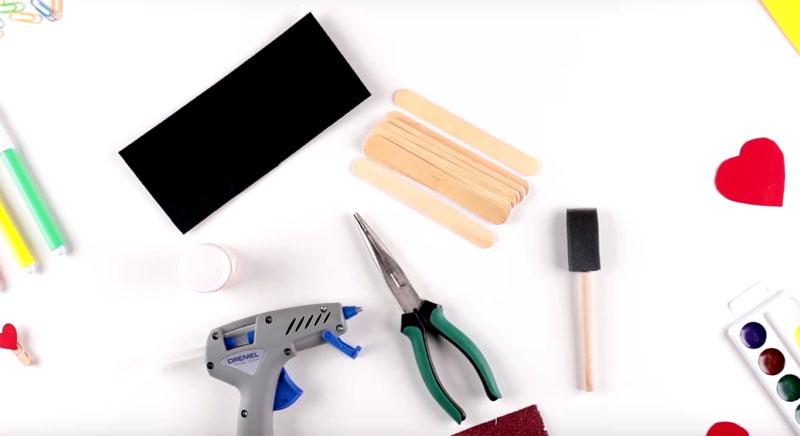 В работу пойдут палочки от мороженого, полоска ткани или фоамирана. Для скрепления будет использован клеевой пистолет