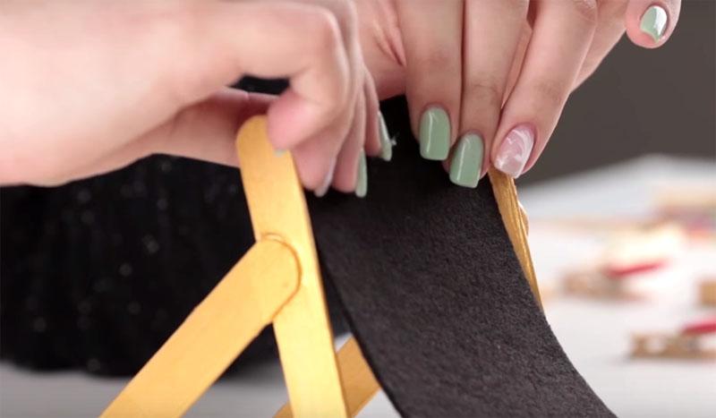 Закрепите фом или ткань на импровизированном шезлонге с помощью клея
