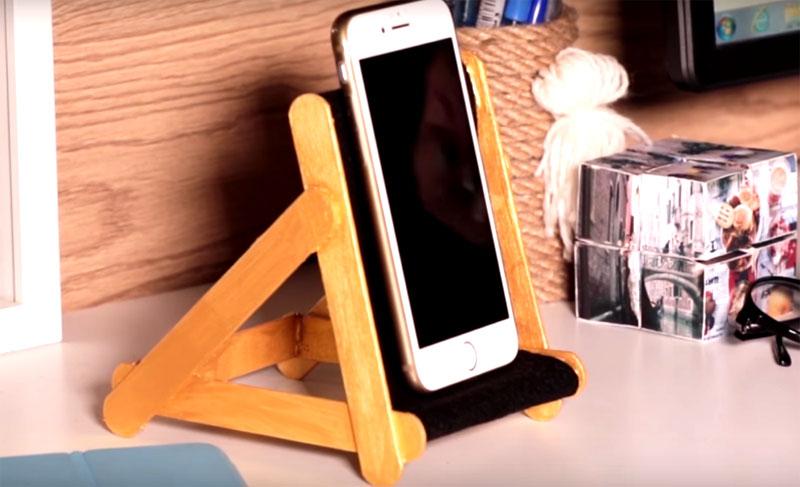 На таком мини-шезлонге ваш смартфон отлично отдохнёт, пока вы занимаетесь домашними делами или новым рукоделием