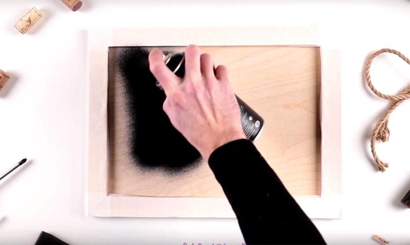 Центральную часть заготовки покройте грифельной матовой краской. Удобнее всего использовать краску в баллончике