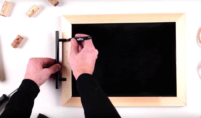 На боковые части рамки ровно по центру нужно установить дверные ручки. Подберите изящную фурнитуру, подходящую для этой цели