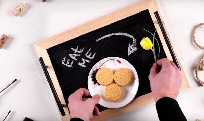 Напишите забавное пожелание или просто нарисуйте сердечко и подайте завтрак любимому, ему или ей понравится ваше внимание
