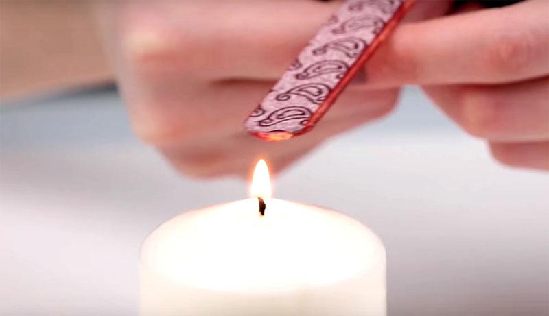 Чтобы края выглядели идеально, а скотч не стал заворачиваться даже спустя долгое время, поднесите край палочки к источнику тепла, пластик оплавится и примет нужную вам форму
