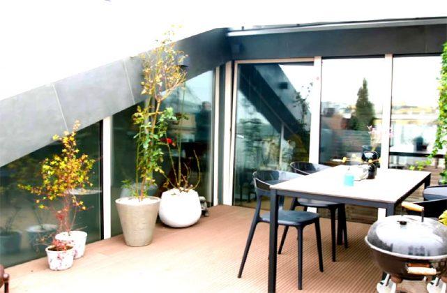 Двухэтажные апартаменты с выходом на крышу: где живёт Влад Лисовец во время самоизоляции