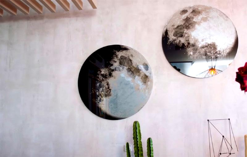 В кухонной зоне стену украшают оригинальные зеркала с напылением