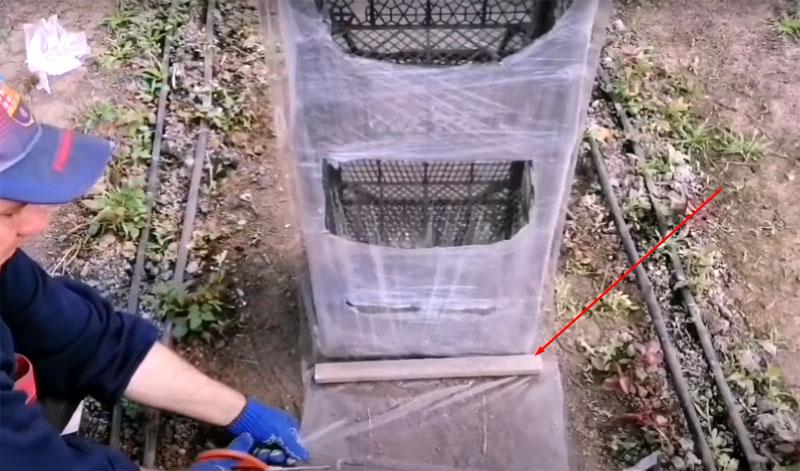Размотайте плёнку с запасом, он потребуется для того, чтобы сделать утяжеление на конце шторки. В качестве утяжелителя подойдёт кусок металлической трубы или другой подобный предмет. Его нужно просто замотать в плёнку, под его весом она будет натягиваться и плотно прижиматься к стенкам