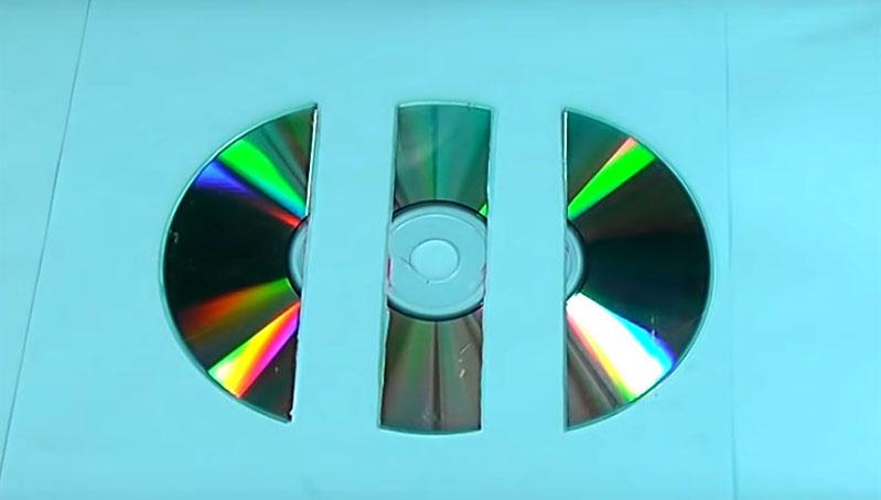 Диск нужно разрезать на три части: полосу по центру и два одинаковых полукруга